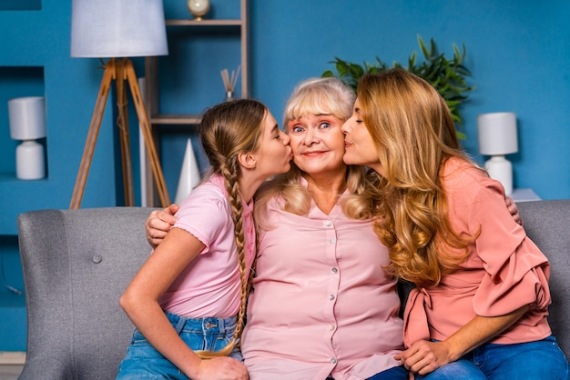 Abuela, hija y nieto juntos en casa, momentos felices de la vida doméstica
