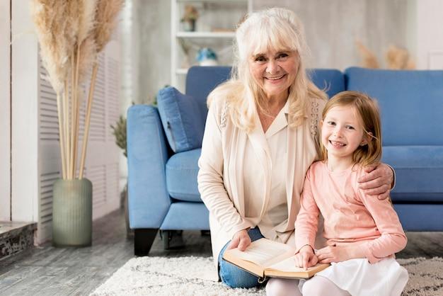 Abuela leyendo para chica