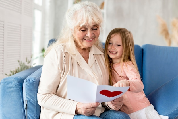Abuela leyendo tarjeta de niña