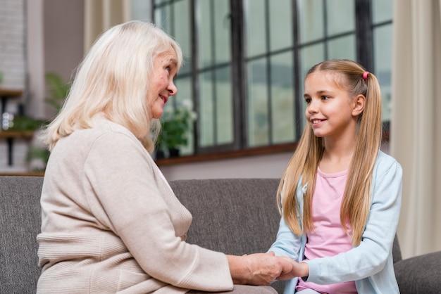 Abuela y nieta cogidos de la mano