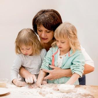 Abuela y nietas cocinando