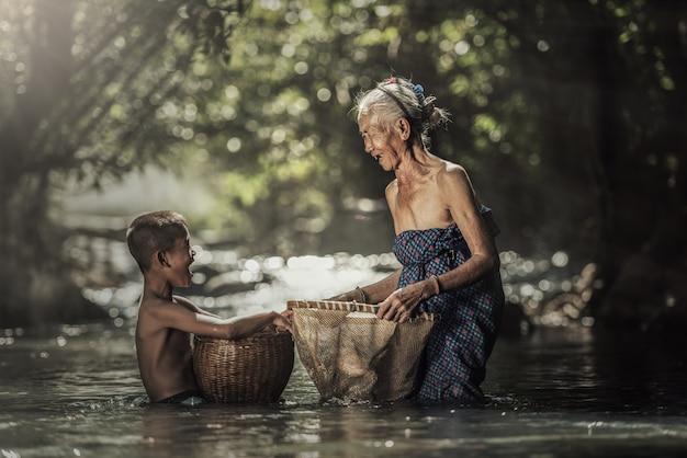 Abuela con nietos