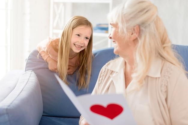 Abuela con tarjeta de niña