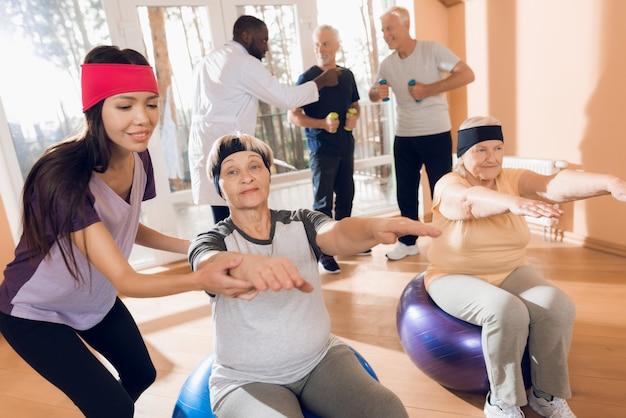 Las abuelas en hogares de ancianos realizan ejercicios gimnásticos.