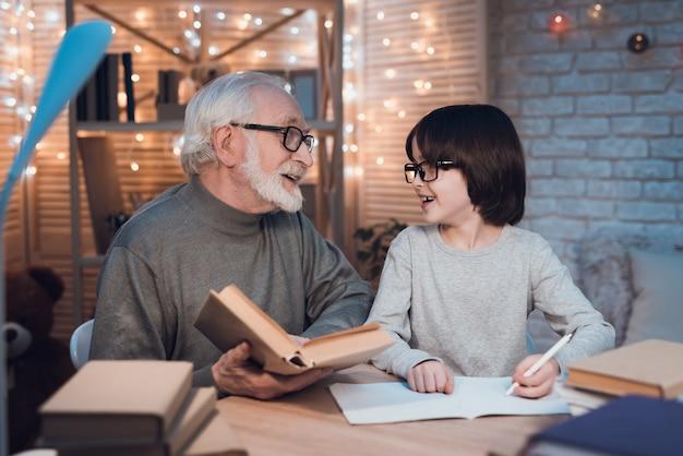 Abuelo ayudando a su nieto haciendo la tarea