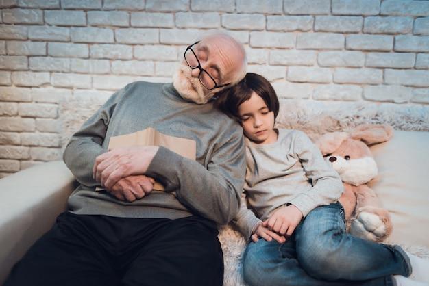 Abuelo cansado y granson durmiendo después de un día difícil