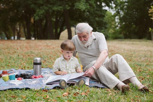 Abuelo enseñando a nieto a leer