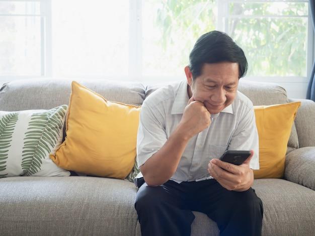 El abuelo está estresado con el trabajo móvil.