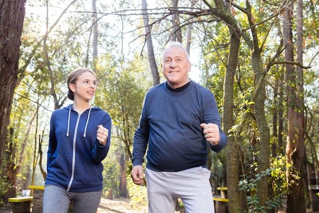 Abuelo y nieta haciendo ejercicio