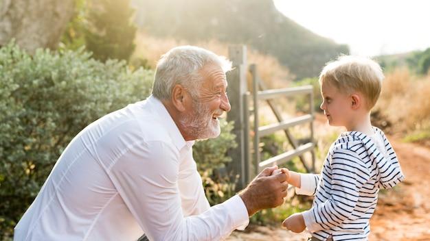 Abuelo y nieto en una granja de campo