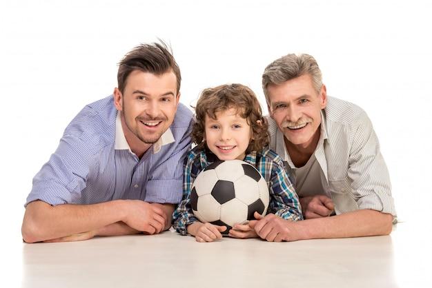 Abuelo, padre e hijo acostado en blanco