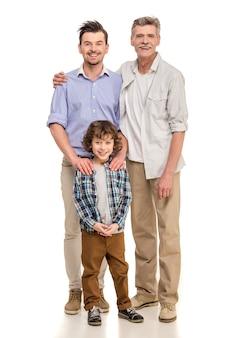 Abuelo, padre e hijo mirando a cámara.