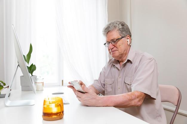 Abuelos aprendiendo a usar dispositivos digitales