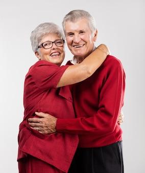 Abuelos felices dándose un abrazo