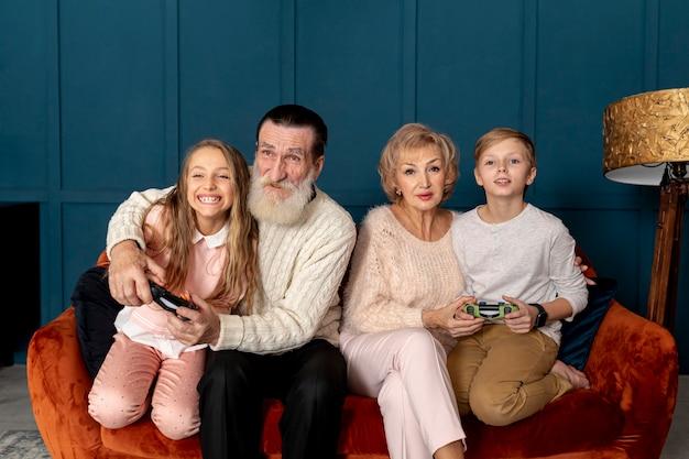 Abuelos jugando videojuegos con sus nietos.