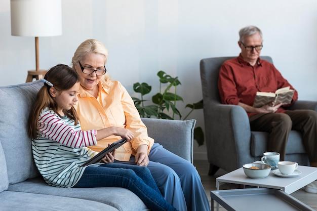 Abuelos y niña con laptop dentro