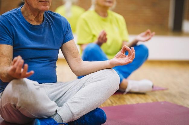 Abuelos en pose de yoga