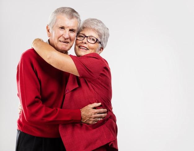 Abuelos románticos dándose un abrazo