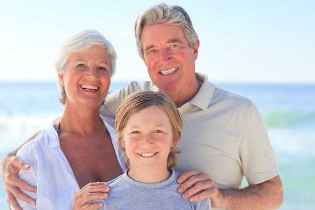 Abuelos con su nieto en la playa.