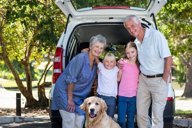 Abuelos en viaje de carretera con nietos
