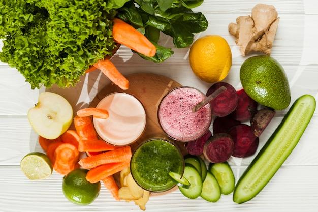 Abundancia de frutas y verduras con zumo.