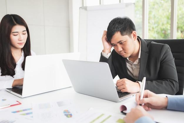Aburrido y estresante reunión del equipo de negocios asiáticos