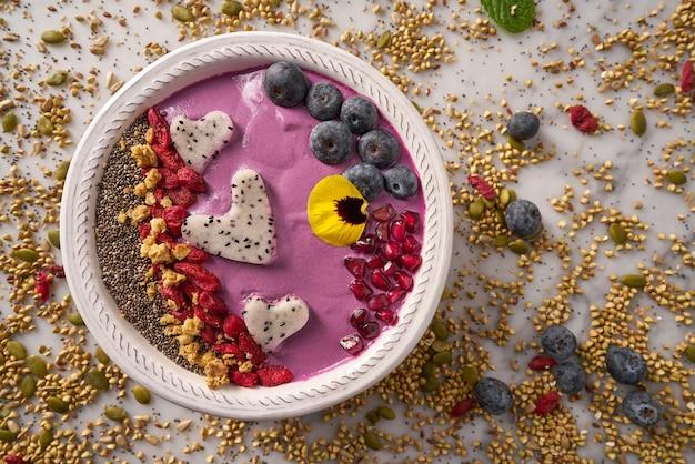 Acai bowl smoothie pitaya corazones arándano goji