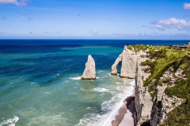Acantilado de etretat aval, rocas y monumento natural del arco y océano azul. normandía, francia, europa.