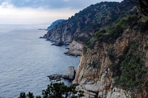 Acantilado en el mar y la montaña en españa