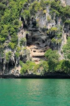 Acantilado de railay cerca de ao nang, krabi tailandia