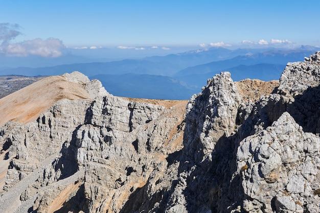 Acantilados escarpados a lo largo de la cresta de la cumbre del monte oshten en el cáucaso occidental, en la república de adygea, suroeste de rusia