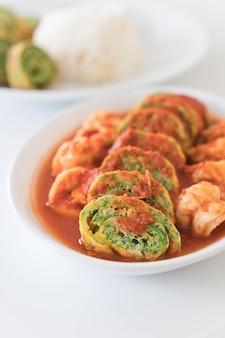 Accacia deja tortilla y camarones en sopa de tamarindo