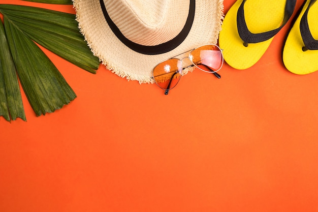 Accerssories para el verano en un fondo anaranjado.