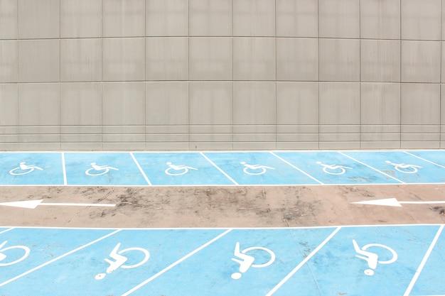 Accesibilidad a las líneas de aparcamiento sobre asfalto.