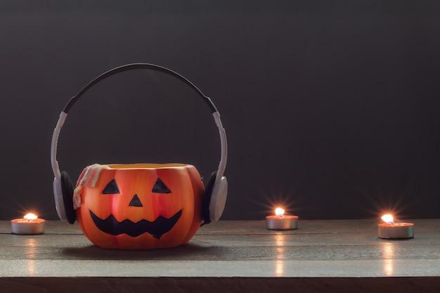 Accesorio esencial del fondo del concepto del festival de las decoraciones del feliz halloween mezcle los artículos de la variedad en el escritorio de madera marrón rústico moderno del estudio de la oficina en casa espacio anaranjado de la lupa para la fraseología creativa del diseño.