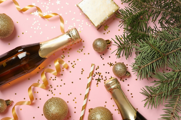 Accesorios de año nuevo y botellas de champagne.