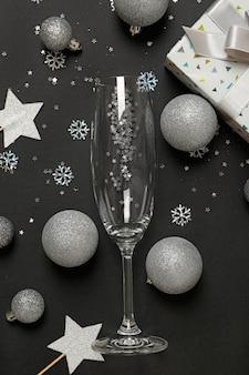 Accesorios de año nuevo y copa de champán.
