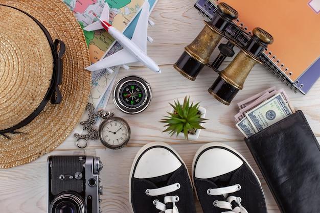 Accesorios y artículos para viajar sobre la mesa en composición