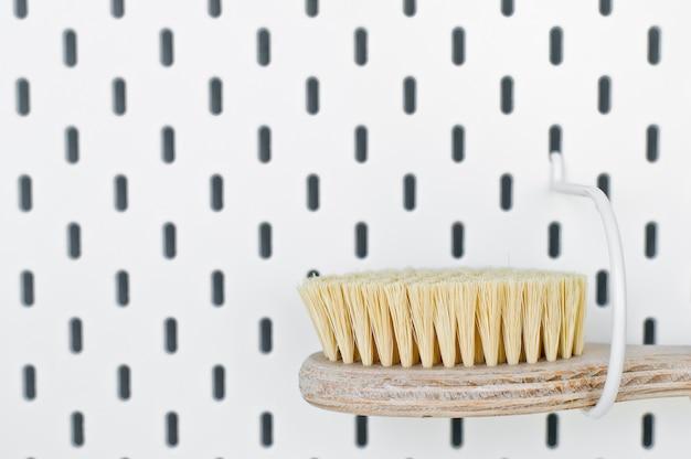Accesorios de baño de desperdicio cero, cepillo de sisal natural cuerpo ecológico, cepillo de duchas copia espacio fondo blanco
