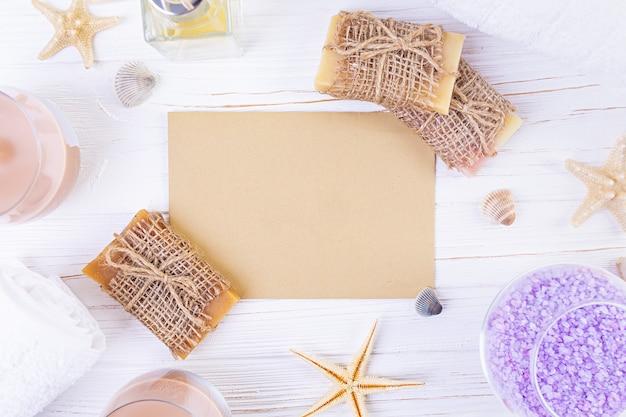 Accesorios de baño. spa y productos de belleza. concepto de cosmética natural spa y cuidado corporal de amenazas orgánicas. vista superior