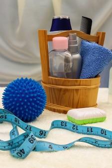 Accesorios para bebés: fondos para el baño, la pelota para masajes, medidor para medir el crecimiento del niño, peine, aceite para el cuerpo