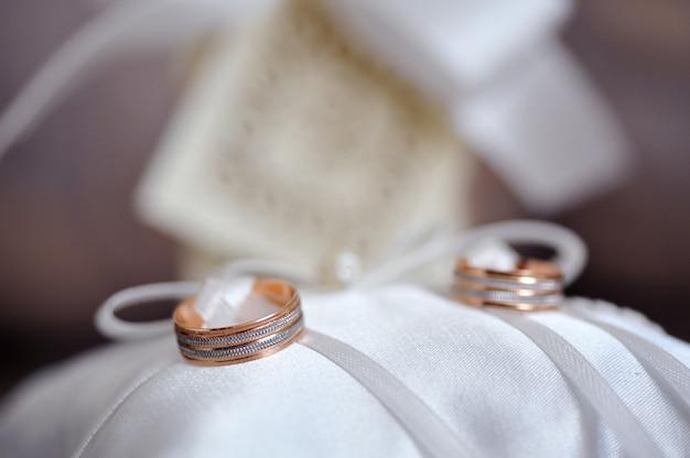 Accesorios de boda en tonos coral.