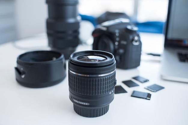 Accesorios de cámara con tarjetas de memoria en escritorio.