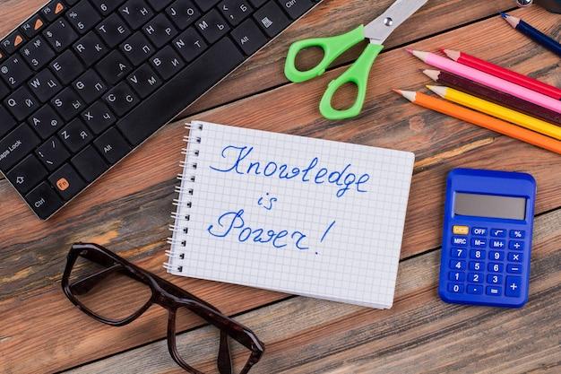 Los accesorios y el conocimiento de las tareas escolares son un lema de poder. vista superior plana laical.