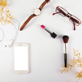 Accesorios y cosméticos cerca del teléfono inteligente