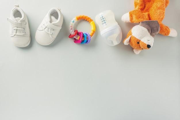 Accesorios para el cuidado del bebé en plano