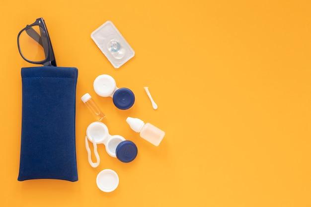 Accesorios para el cuidado de los ojos sobre fondo naranja