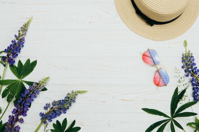Accesorios de verano en el fondo de madera, concepto de la hora de verano