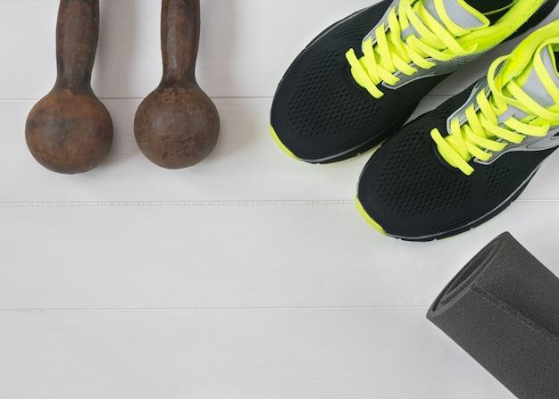 Accesorios deportivos para fitness en el suelo de madera.