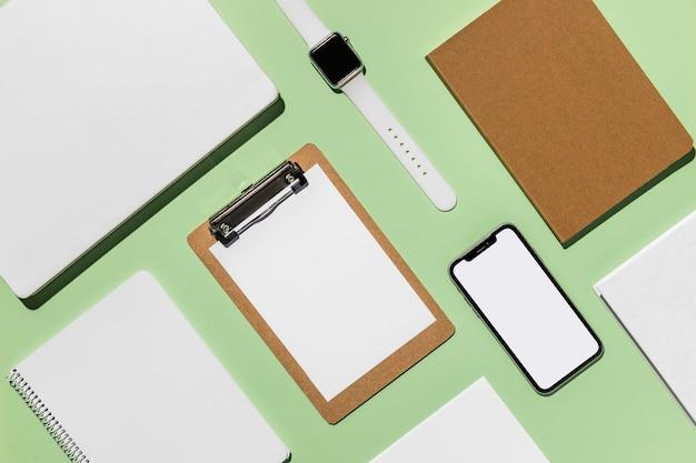 Accesorios digitales de escritorio moderno de vista superior